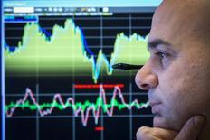 Un operador en la bolsa de Wall Street en Nueva York, feb 26 2015. Las acciones estadounidenses caían el miércoles y los índices referenciales se encaminaban a un segundo día consecutivo de declives, después de que una reciente escalada de la bolsa de Nueva York llevara a los inversores a ejercer cautela. REUTERS/Brendan McDermid