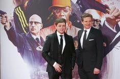 """Os atores Colin Firth e Taron Egerton (esquerda) chegam para a pré-estreia de """"Kingsman: Serviço Secreto"""", em Berlim, na Alemanha. 03/02/2015 REUTERS/Fabrizio Bensch"""
