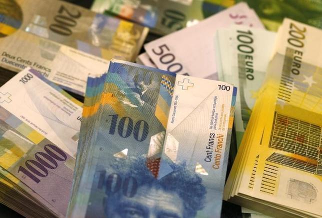 3月5日、現在の世界的な資産価格高騰や超低金利は貯蓄の拡大を原動力としているが、高齢化によりこの流れはあと数年で終わる──。投資家はあまり注目していないが、金融大手が最近こぞってこうした分析を発表した。写真は、スイスフランとユーロの紙幣、2014年撮影(2015年 ロイター/Ruben Sprich)