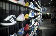 Adidas, dans le rouge au quatrième trimestre 2014, prévoit cependant pour cette année une croissance solide de ses ventes et de son bénéfice net, à la faveur d'un redressement de ses articles de golf et de l'amélioration de la confiance des consommateurs. /Photo d'archives/REUTERS/Stefanie Loos