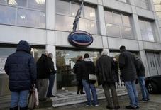 Devant une agence pour l'emploi dans la banlieue d'Athènes. Le taux de chômage en Grèce a augmenté à 26% en décembre contre 25,9% en novembre (révisé de 25,8%), sous le coup de la légère contraction économique au quatrième trimestre, selon les données de l'institut national de la statistique. /Photo d'archives/REUTERS/John Kolesidis