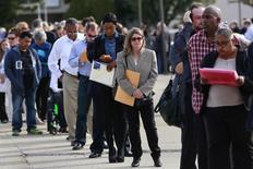 En la imagen, personas esperan en fila para ingresar a una feria laboral en Nueva York. 7 de octubre, 2014.  El crecimiento del empleo estadounidense se aceleró en febrero y la tasa de desocupación bajó al 5,5 por ciento, lo que representa nuevas señales que podrían alentar a la Reserva Federal a considerar una subida de tasas de interés en junio. REUTERS/Shannon Stapleton