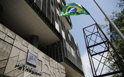 Foto de archivo de una protesta frente a las oficinas de Petrobras en Río de Janeiro. Mar 4, 2015. La Corte Suprema de Brasil accedió al pedido del fiscal general de investigar a decenas de políticos, incluidos los líderes del Congreso, en conexión con el multimillonario escándalo de corrupción de la petrolera estatal Petrobras, dijo el viernes un funcionario judicial.  REUTERS/Sergio Moraes