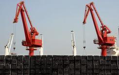Sur le port de Lianyungang, province de Jiangsu. Les exportations de la Chine ont progressé de 48,9% en glissement annuel le mois dernier, un chiffre nettement supérieur aux attentes et sans précédent depuis près de cinq ans, /Photo prise le 7 mars 2015/REUTERS