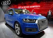 Audi a dépassé son concurrent Mercedes-Benz pour le deuxième mois d'affilée en février, la filiale de Volkswagen ayant tiré parti d'une refonte de sa gamme. /Photo prise le 4 mars 2015/REUTERS/Arnd Wiegmann