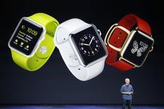Apple, qui fera son entrée dans l'indice Dow Jones le 18 mars, est une des valeurs à suivre lundi à Wall Street, à quelques heures de la présentation officielle de sa très attendue montre connectée Apple Watch. /Photo prise le 9 septembre 2014/REUTERS/Stephen Lam