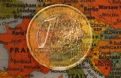 Imagen de una moneda de un euro y un mapa de Europa. 9 de enero, 2013.  La confianza en la zona euro aumentó a su mayor nivel en siete años y medio durante marzo, debido a que los inversores le restaron importancia a los temores por la turbulencia económica en Grecia alentados por el programa de compra de bonos del Banco Central Europeo. REUTERS/Kai Pfaffenbach