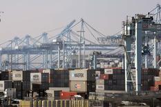 En la imagen, contenedores de carga permanecen  en el puerto de Los Angeles, California. 18 de febrero, 2015. Las exportaciones alemanas anotaron en enero su mayor declive desde agosto, cayendo mucho más que lo previsto y limitando las expectativas de que la mayor economía de Europa se expandirá con fuerza en el primer trimestre después de un sólido final del año pasado. REUTERS/Bob Riha, Jr.