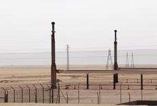 Imagen de archivo del campo petrolero de El Sharara, Libia, dic 3 2014. Libia se apresta a exportar más de dos millones de barriles de petróleo esta semana desde sus puertos en el este, donde la producción superó los 245.000 barriles por día, dijeron el lunes  funcionarios de la industria. REUTERS/Ismail Zitouny