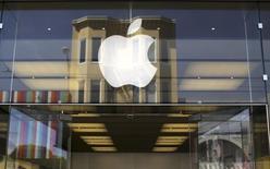 El logo de Apple en una de sus tiendas minoristas en San Francisco, EEUU, abr 23 2014. El esperado servicio streaming del canal HBO se lanzará en abril exclusivamente en dispositivos de Apple Inc, informó la red el lunes. REUTERS/Robert Galbraith