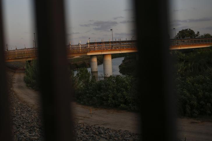The border crossing into Mexico is seen through the border fence at the United States-Mexico border along the Rio Grande river in Brownsville, Texas August 5, 2014.     REUTERS/Shannon Stapleton