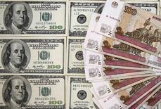 Банкноты российского рубля и доллара США. Сараево, 9 марта 2015 года. Рубль к полудню вторника отбил утренние потери и ушел в плюс к бивалютной корзине благодаря превалированию продавцов валюты и невзирая на глобальные тенденции падения развивающихся валют против доллара США и текущее снижение нефти. REUTERS/Dado Ruvic