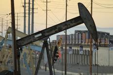 Una unidad de bombeo de crudo en el pozo Wilmington Field de Tidelands Oil Production Company, operando cerca de Long Beach, EEUU, jul 30 2013. Los inventarios mayoristas de Estados Unidos subieron imprevistamente en enero y las ventas registraron su mayor declive desde 2009, dijo el martes el Departamento de Comercio.  REUTERS/David McNew