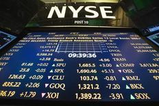 Табло на Нью-Йоркской фондовой бирже 30 июля 2013 года. Фондовые рынки США снизились во вторник, причем падение индекса S&P 500 было максимальным за два месяца, за счет растущей уверенности инвесторов, что ФРС повысит процентные ставки в июне. REUTERS/Lucas Jackson