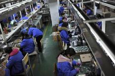 Funcionários de linha de produção de uma fábrica em Hefei, na China.  18/01/2015  REUTERS/Stringer