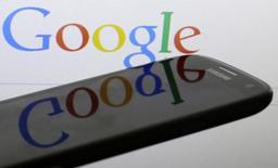 Google Inc está en conversaciones iniciales para comprar a la firma con sede en Bangalore InMobi, una medida que fortalecería sus ofertas en el cada vez más competitivo espacio de publicidad en dispositivos móviles, dijo una fuente con conocimiento directo del tema. En la imagen de archivo, un logo de Google se refleja en la pantalla de un Samsung Galaxy S4 en una foto tomada en Praga, el 31 de enero de 2014. REUTERS/David W Cerny