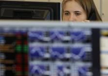 Трейдер в торговом зале инвестбанка Ренессанс Капитал в Москве 9 августа 2011 года. Российские фондовые индексы в среду держатся в плюсе после заметного падения предыдущей сессии, а рост против рынка продемонстрировали в середине дня спекулятивные акции Мечела на фоне очередных заявлений банка-кредитора. REUTERS/Denis Sinyakov