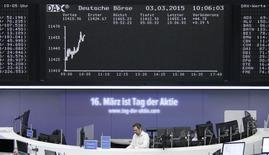 Las bolsas europeas subían en las primeras operaciones del jueves, minimizando las pérdidas de Wall Street y extendiendo las ganancias conseguidas en la sesión anterior, ayudadas en parte por los resultados de K+S y Boskalis, que superaron las previsiones. En la imagen, un operador de la Bolsa de Fráncfort el 3 de marzo de 2015. REUTERS/Stringer