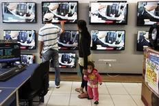 Família escolhendo televisão em loja de varejo em São Paulo.   07/02/2013    REUTERS/ Nacho Doce