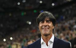 Técnico da seleção alemã, Joachim Loew, sorri durante jogo das eliminatórias da Euro 2016 contra a Irlanda em Gelsenkirchen. 14/10/2014 REUTERS/Ina Fassbender