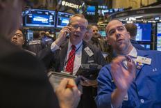 Operadores en la bolsa de Wall Street en Nueva York, mar 12 2015. Las acciones caían el viernes en Wall Street y el índice S&P 500 iba camino a registrar su tercer declive semanal, puesto que la fortaleza del dólar amenazaba con borrar las utilidades de las multinacionales y la debilidad de los precios del crudo presionaba al sector de energía. REUTERS/Lucas Jackson