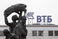 Логотип ВТБ на крыше здания в Ставрополе. 22 января 2015 года. Второй по величине госбанк РФ ВТБ ждет значительные убытки в 2015 году при высокой стоимости фондирования на рынке, планируя удержать расходы на резервы под проблемные кредиты на уровне 2014 года, сообщил топ-менеджмент банка во время телефонного звонка с журналистами. REUTERS/Eduard Korniyenko