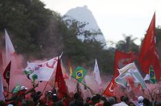 Trabalhadores e estudantes participam de protestos em defesa da presidente Dilma Rousseff e da Petrobras, no Rio de Janeiro, nesta sexta-feira. 13/03/2015 REUTERS/Ricardo Moraes