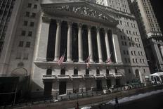 """Wall Street est suspendue au communiqué de politique monétaire que publiera la Réserve fédérale mercredi et dans lequel elle pourrait cesser d'évoquer la nécessité d'une politique de taux """"patiente"""", ce qui donnerait le signal d'une prochaine remontée de ses taux d'intérêt pour la première fois depuis 2006. /Photo prise le 17 février 2015/REUTERS/Carlo Allegri"""