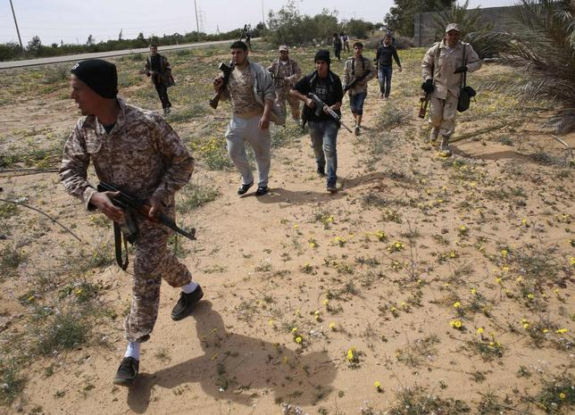 Fighters from Misrata move towards positions of Islamic State militants, near Sirte March 15, 2015. REUTERS/Goran Tomasevic