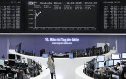 Помещение фондовой биржи во Франкфурте-на-Майне. 16 марта 2015 года. Европейские фондовые рынки растут, проигнорировав спад американских рынков, так как инвесторы рассчитывают, что ослабление евро стимулирует рост европейской экономики и прибылей компаний-экспортеров. REUTERS/Stringer/Remote