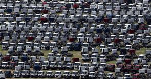 En la imagen, nuevos camiones Ford estacionados en una fábrica de la marca en Sao Bernardo do Campo. 12 de febrero, 2015. La actividad económica brasileña se contrajo levemente en enero, mostró el lunes un índice del Banco Central, lo que subrayó las expectativas de una recesión para este año. REUTERS/Paulo Whitaker