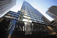 JP Morgan, à suivre lundi sur les marchés amércains. C'est l'une des grandes banques auxquelles le département américain de la Justice réclame environ un milliard de dollars chacune pour obtenir un règlement négocié dans le cadre d'une enquête pour manipulation présumée sur le marché de change. /Photo d'archives/REUTERS/Mike Segar