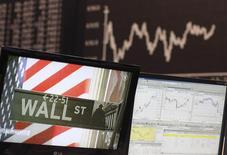 Wall Street s'affichait en hausse lundi dans les premiers échanges, tentant ainsi un rebond après trois semaines consécutives de repli, la remontée de l'euro reléguant au second plan les craintes de voir la vigueur du dollar avoir des conséquences néfastes sur les résultats des entreprises. Vers 14h45, l'indice Dow Jones gagnait 0,58%, le S&P 500, plus large, progressait de 0,56% et le Nasdaq Composite de 0,48%. /Photo d'archives/REUTERS/Ralph Orlowski