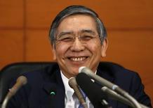 Управляющий Банка Японии Харухико Курода на пресс-конференции в Токио. 17 марта 2015 года. Банк Японии во вторник сохранил в прежнем объеме масштабную программу стимулов и дал понять, что убежден в том, что стабильное экономическое восстановление поможет достичь ценового ориентира без дополнительного немедленного смягчения монетарной политики. REUTERS/Yuya Shino