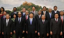 Председатель КНР Си Цзиньпин и гости церемонии по случаю учреждения AIIB. Пекин, 24 октября 2014 года. Все больше близких союзников США хотят стать участниками нового международного банка развития, который организует Китай, игнорируя давление Вашингтона, сообщают СМИ. REUTERS/Takaki Yajima/Pool