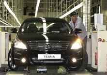 Nissan a annoncé mardi la suspension de la production de son usine de Saint-Pétersbourg, où sont fabriqués notamment les modèles Teana, entre le 16 et le 31 mars en raison de la faiblesse du marché automobile russe. /Photo d'archives/REUTERS/Alexander Demianchuk