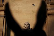 En la imagen, la estatua de Cervantes en un monumento en su honor en la Plaza de España en el centro de Madrid el 7 de marzo de 2014.  Un grupo de investigadores identificó restos que corresponderían al insigne escritor Miguel de Cervantes en una iglesia madrileña del siglo XVII en la que llevaban meses trabajando, informaron el martes en una rueda de prensa. REUTERS/Susana Vera