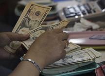 Mulher conta notas de dólar em casa de câmbio. 01/04/2013 REUTERS/Romeo Ranoco