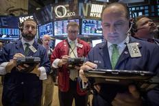 Operadores trabajando en la bolsa de Wall Street en Nueva York, mar 17 2015. Las acciones de Estados Unidos retrocedían el martes tras subir en la rueda previa antes de una reunión de política monetaria de la Reserva Federal, que los inversores esperan que dé pistas sobre el momento en que tendrá lugar un alza de las tasas de interés. REUTERS/Brendan McDermid