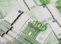 Un total de 3.565 entreprises, soit près de 19% de moins qu'en 2013, ont saisi l'an passé le médiateur du crédit, mis en place fin 2008 au plus fort de la crise financière, pour obtenir des financements qu'on leur refusait. Selon le bilan d'activité présenté mardi, 72% des dossiers ont été acceptés, 2.184 ont été instruits et clos et ils ont représenté 372 millions d'euros de crédits débloqués à destination de 1.258 entreprise. /Photo d'archives/REUTERS/Leonhard Foeger