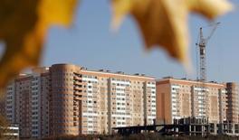 Вид на строящийся дом в Москве 1 октября 2005 года. Российские власти обещают банкам возмещать потерянные доходы по ипотеке, выданной по ставке 12 процентов, до снижения ключевой ставки ЦБР на уровень 8,5 процента, говорится в проекте постановления правительства. Alexander Natruskin/Reuters