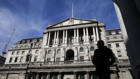Пешеход у здания Банка Англии в Лондоне 5 марта 2015 года. Регуляторы Банка Англии считают, что фунт может снова вырасти и надолго оставить инфляцию ниже ориентира, свидетельствует протокол мартовского заседания банка.  REUTERS/Suzanne Plunkett