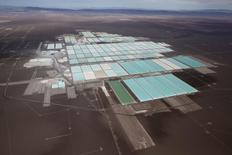 En la imagen, las procesadoras y piscinas de la mina de litio de SQM en el Salar de Atacama, Chile, ene 10 2013. La minera chilena SQM informó el miércoles que los tres representantes de la compañía canadiense Potash Corp renunciaron al directorio de la compañía, en medio de un escándalo por supuestos desvíos de fondos a campañas políticas. REUTERS/Ivan Alvarado