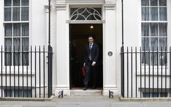 Le ministre britannique des Finances George Osborne a revu en baisse mercredi son objectif d'excédent budgétaire mais révisé en très légère hausse les prévisions de croissance, tentant ainsi de convaincre l'électorat que la reprise économique est bien ancrée. /Photo prise le 18 mars 2015/REUTERS/Suzanne Plunkett