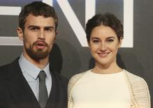 """Atores de """"Insurgente"""" Shailene Woodley e Theo James em lançamento do filme em Londres. 11/03/2015.  REUTERS/Paul Hackett"""