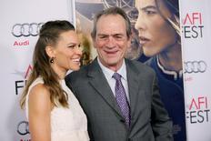 """Atriz Hilary Swank e o diretor Tommy Lee Jones promovem """"Dívida de Honra"""". 11/11/2014. REUTERS/Danny Moloshok"""