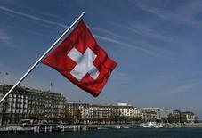 Le gouvernement suisse a réduit ses prévisions de croissance de 2015 et de 2016 à la suite du désarrimage du franc suisse d'avec l'euro mais il ne voit aucun signe d'un ralentissement économique prononcé. Le Secrétariat d'Etat à l'Economie (SECO) projette une croissance de 0,9% cette année et de 1,8% en 2016 contre 2,1% et 2,4% précédemment. /Photo d'archives/REUTERS/Denis Balibouse
