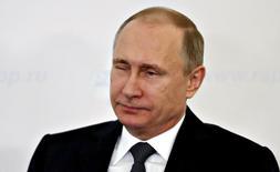 El presidente ruso, Vladimir Putin, en una reunión con empresarios en Moscú, mar 19 2015. El presidente ruso, Vladimir Putin, dijo el jueves que aún era demasiado pronto para recuperar la confianza en la economía del país, en comentarios respaldados por una serie de datos recientes que muestran una caída de las ventas minoristas y los salarios, y un aumento del desempleo. REUTERS/Maxim Zmeyev