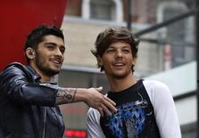 "Zayn Malik (esquerda) e Louis Tomlinson, do grupo One Direction, participam do programa ""Today"", da rede NBC, no Rockefeller Center, em Nova York. 23/08/2013 REUTERS/Brendan McDermid"