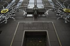 Le chiffre d'affaires et le bénéfice de Tiffany ont légèrement baissé au quatrième trimestre clos le 31 janvier, conséquence d'un dollar fort et d'une demande faible durant la période des fêtes de fin d'année. Le bénéfice net est ressorti à 196,2 millions de dollars, soit 1,51 dollar par action. /Photo prise le 24 novembre 2014/REUTERS/Mike Segar